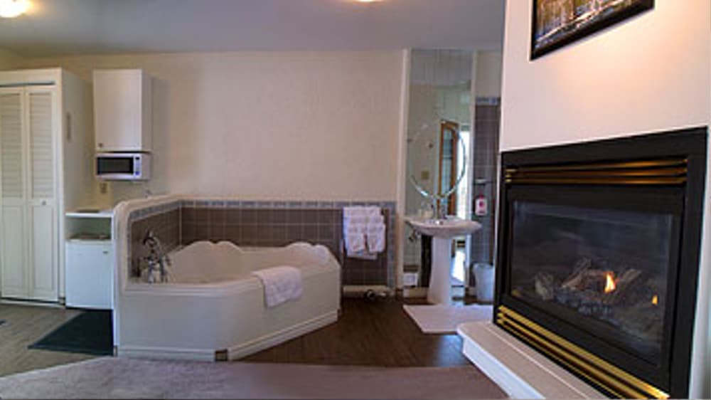 Castle on the Mountain - Bed & Breakfast and Cottage Accomodations Vernon BC - The Citadel Luxury Suite