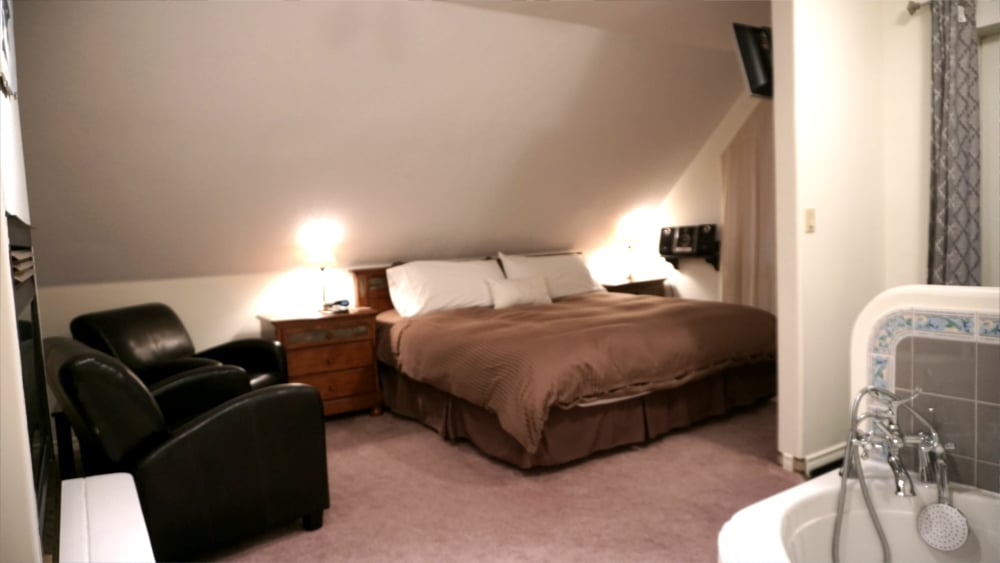 Castle on the Mountain - Bed & Breakfast and Cottage Accomodations Vernon BC - The Citadel Luxury Suite - 2